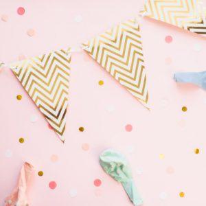 szablon-na-swieta-papierowa-girlanda-flag-na-rozowym-tle-z-konfetti-i-balonow-w-pastelowym-kolorze-tlo-uroczysty-urodziny_121946-934